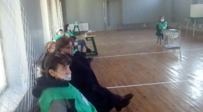 სიცივის გამო საარჩევნო უბნებზე კომისიის წევრები სპეციალური ფორმების გარედან ქურთუკებს ატარებდნენ