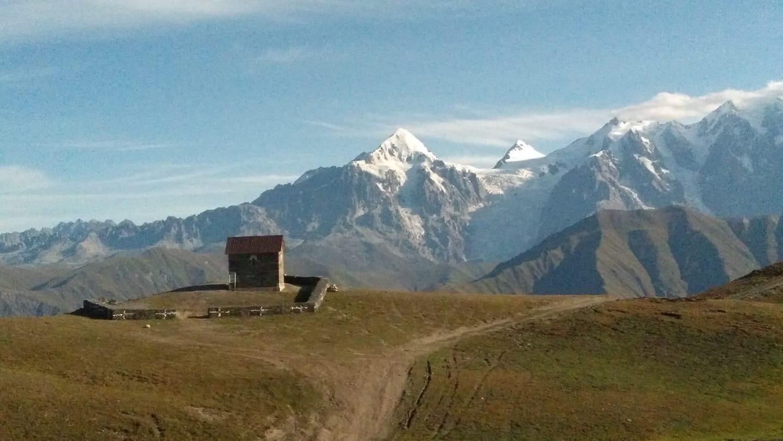 ზღვის დონიდან 3 000 მ.-ზე, ლატფარის უღელტეხილზე მდებარე ტაძარში წირვა აღევლინება