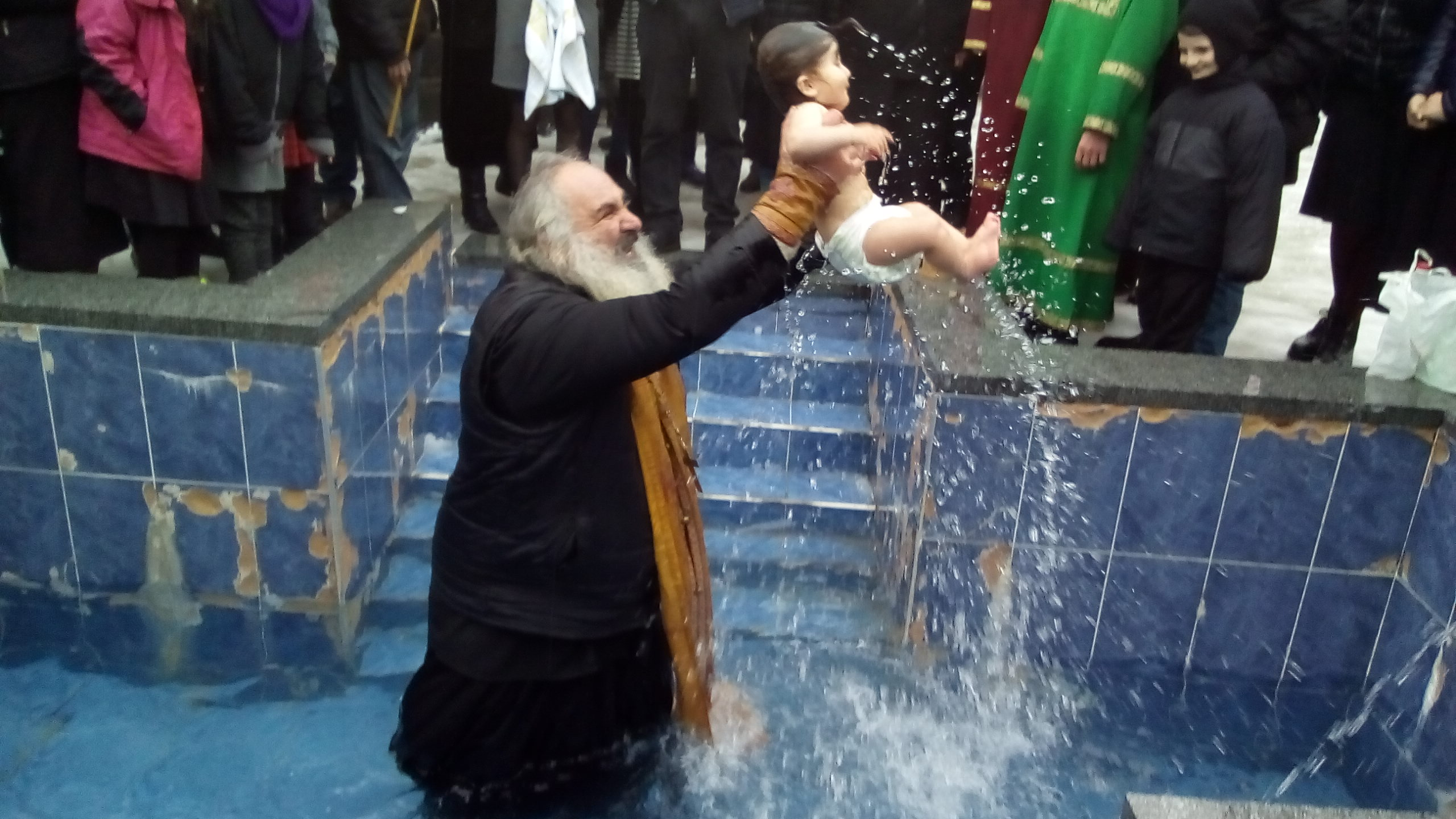 ლენტეხში ნათლისღების დღესასწაულზე ნათლობა  ღია ცის ქვეშ  ჩატარდა